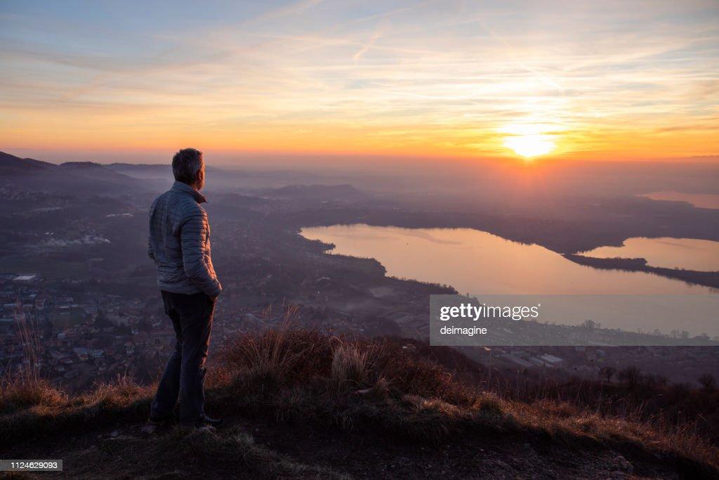 Wandelaar zon over de horizon kijkt : Stockfoto