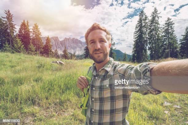 イタリア、ドロミテのハイキング中のハイカー男性撮影 selfie - トレンティーノ ストックフォトと画像