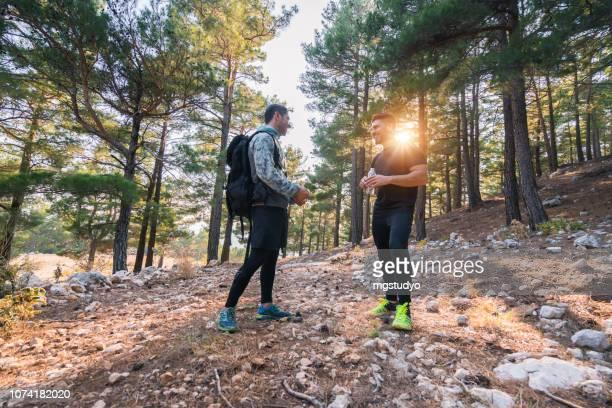hiker - man's hiking in forest - só homens jovens imagens e fotografias de stock