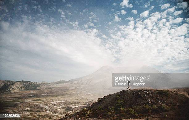 hiker on hill overlooking mount st. helens - mount st. helens - fotografias e filmes do acervo