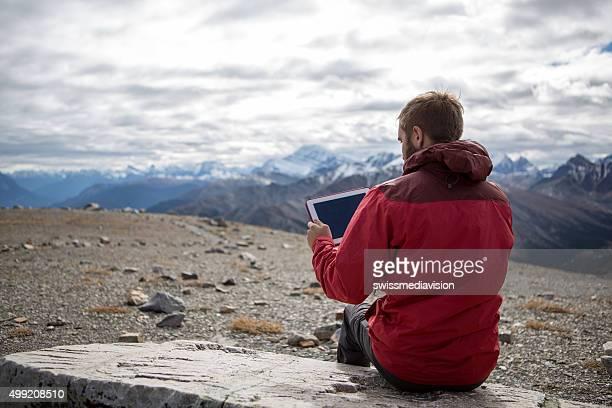 calçado para caminhadas sobre montanhas usando um tablet digital - coberto de neve - fotografias e filmes do acervo