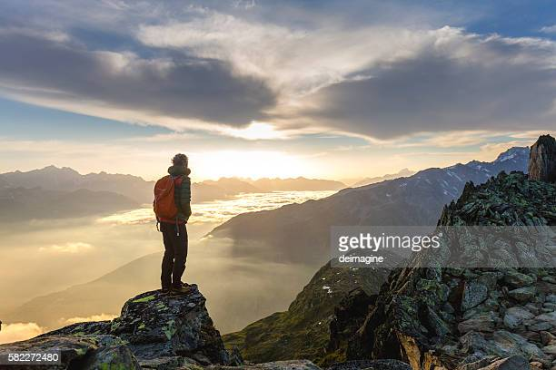 hiker on mountains enjoy sunrise - horizonte fotografías e imágenes de stock