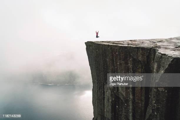 excursionista en pulpit rock - preikestolen - noruega fotografías e imágenes de stock