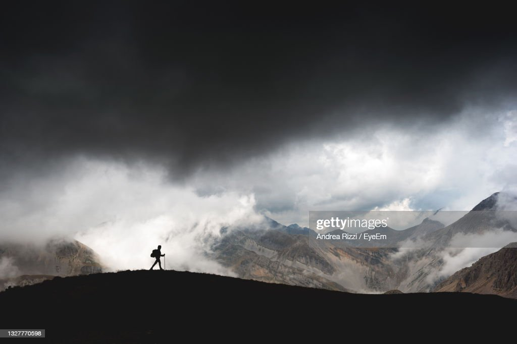Hiker On The Gran Sasso, Abruzzo, Immersed In The Clouds. : Foto stock