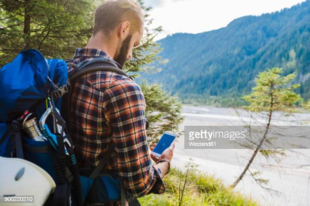 hiker orientating with cell phone - 20 24歳 ストックフォトと画像