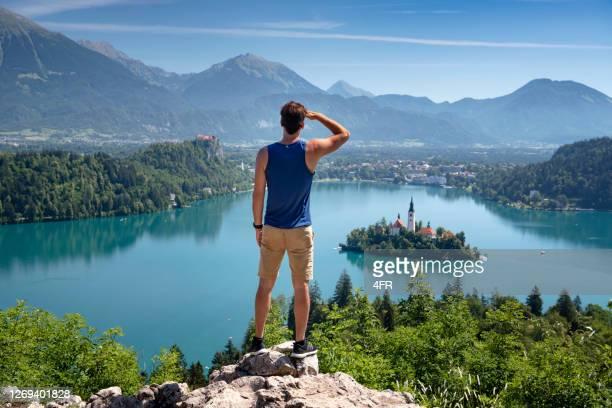 vandrare med utsikt över sjön bled, slovenien - bledsjön bildbanksfoton och bilder