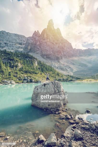 Wanderer erreichen Alpensee, Dolomiten, Italien