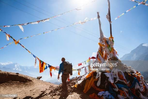hiker relaxing on mountain high pass, upper mustang, nepal - himalaya photos et images de collection