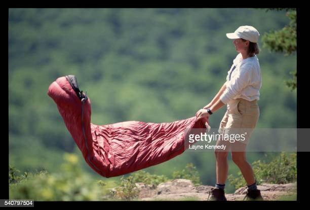 hiker shaking sleeping bag - ポーキュパイン山脈ウィルダネス州立公園 ストックフォトと画像