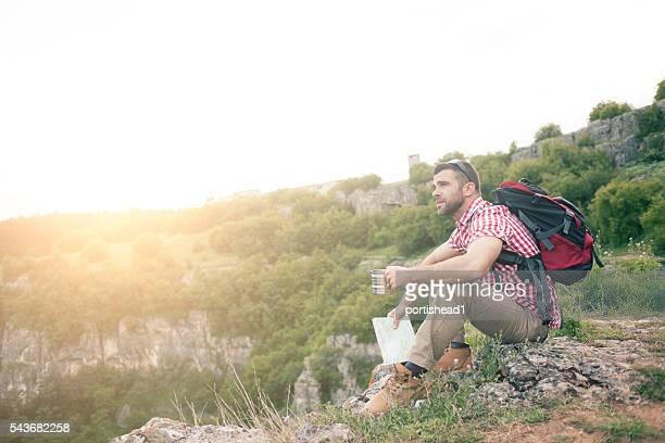 Wanderer sitzen auf Klippen haupt und Erholung