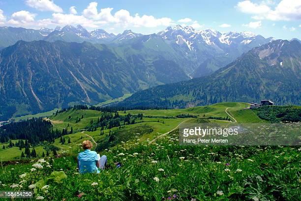 hiker takes a rest at fellhorn, allgäu alps - oberbayern stock-fotos und bilder