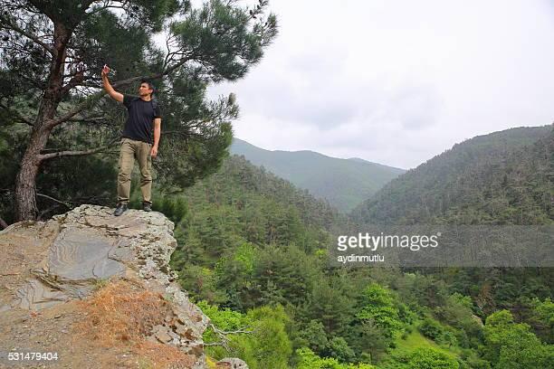Wanderer, die ein selfie auf die Berge