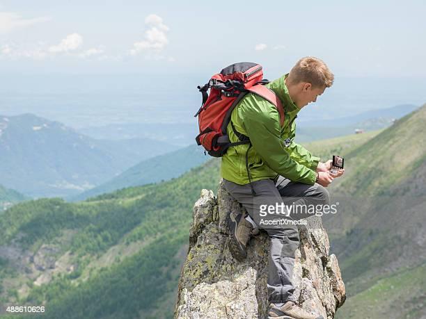 hiker uses compass for direction finding - flanco de valle fotografías e imágenes de stock