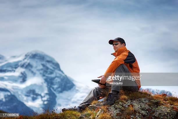 Wanderer mit digitalen Tablet in den Bergen
