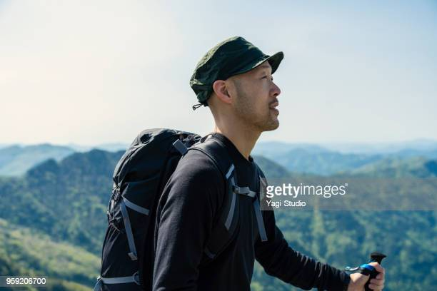 caminante que camina en carretera de montaña - paisajes de japon fotografías e imágenes de stock