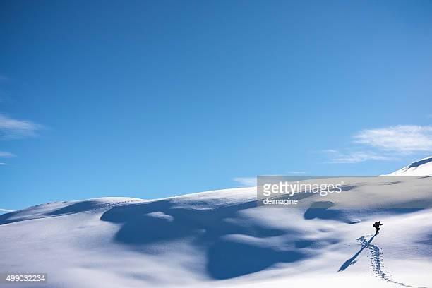 Wanderer zu Fuß bis verschneiten Hügel