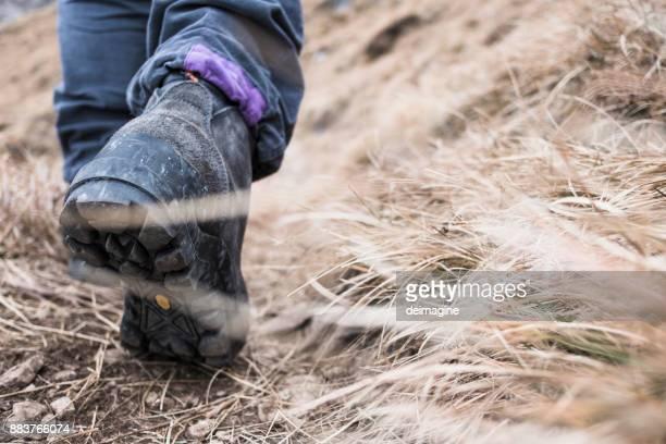 Wandelaar loopt op hoogteweg