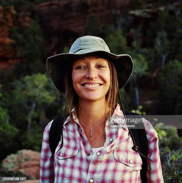 hiker wearing backpack, smiling, portrait - turismo ecológico fotografías e imágenes de stock