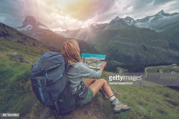 Wanderer-Frau betrachten Pistenplan, Matterhorn, Schweiz