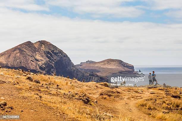 hikers at ponta do buraco - merten snijders stockfoto's en -beelden