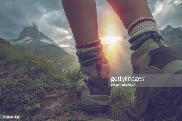 wander stiefel in zermatt, blick auf matterhorn - forschungsreisender stock-fotos und bilder