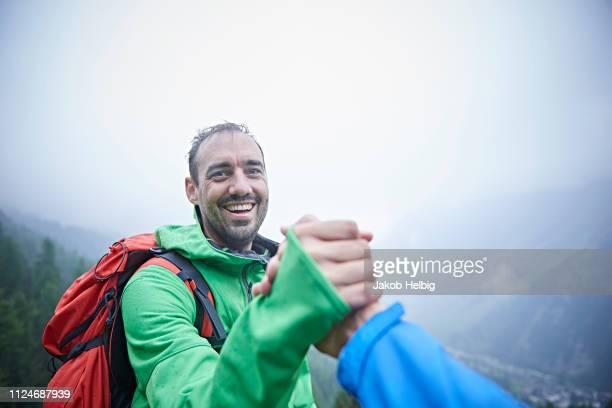 hikers congratulating themselves, mont cervin, matterhorn, valais, switzerland - mise au point sélective photos et images de collection