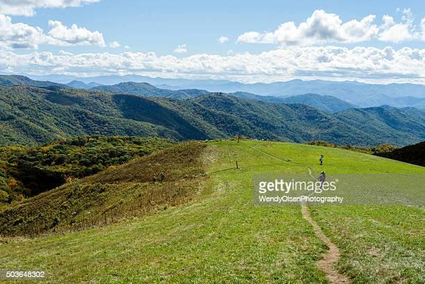 Wanderer Kreuzung ein mountain bald