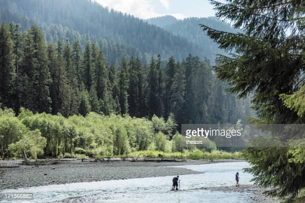 Hikers de cruzar el río Hoh