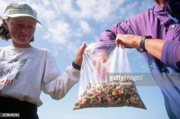 hikers eating trail mix - ポーキュパイン山脈ウィルダネス州立公園 ストックフォトと画像