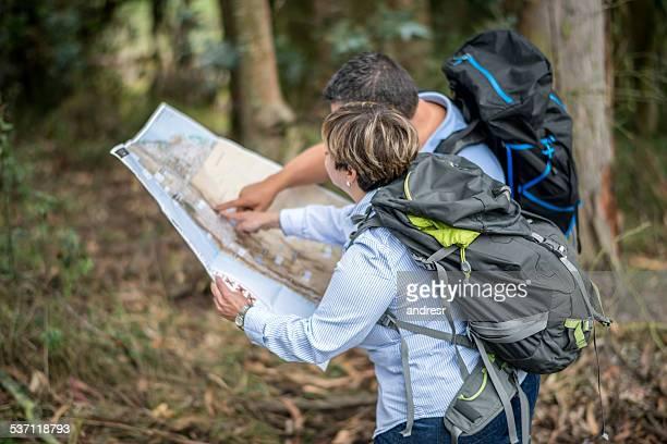Wanderer finden Sie Ihren Weg auf einer Karte anzeigen