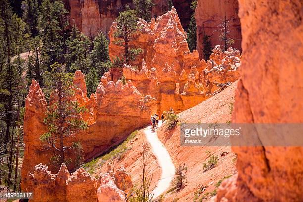 hikers en bryce canyon - theasis fotografías e imágenes de stock