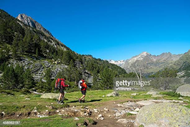 hikers en el valle - aragon fotografías e imágenes de stock