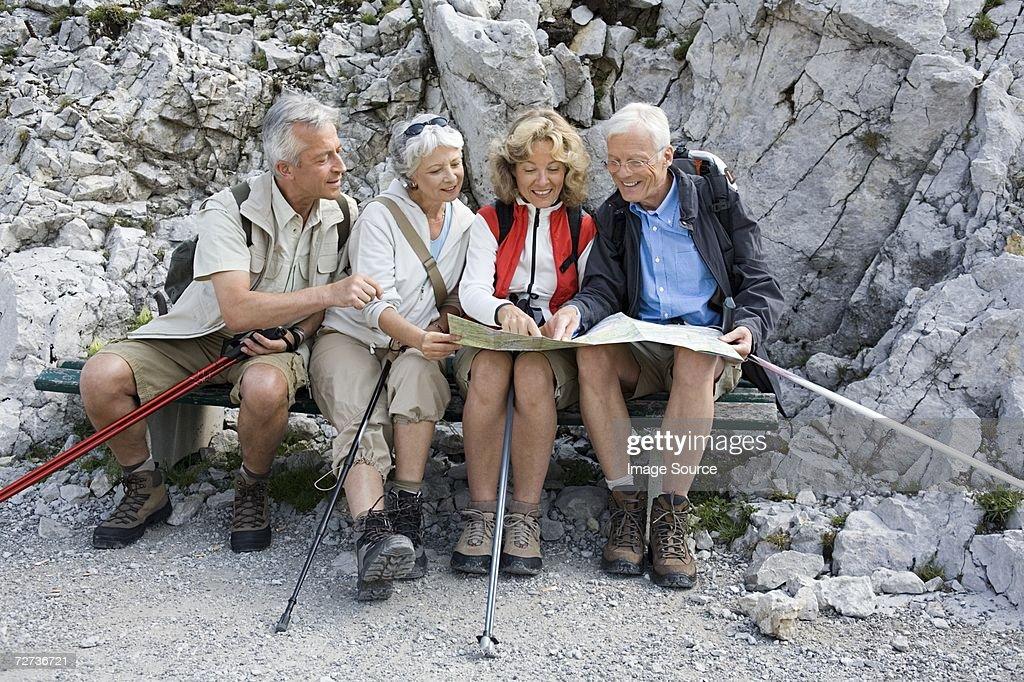 ハイキングマップを見ている : ストックフォト