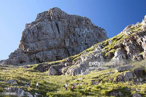 hikers on hiking trail, jonkershoek, stellenbosch - província do cabo oeste - fotografias e filmes do acervo