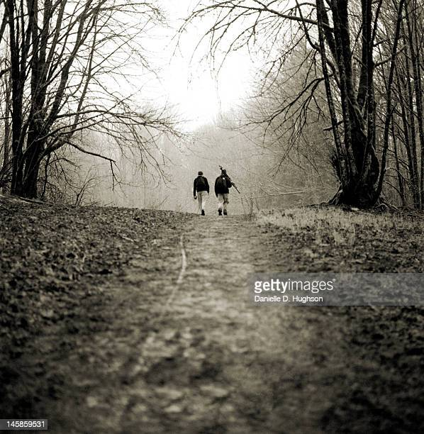 hikers on misty trail - middlebare afstand stockfoto's en -beelden