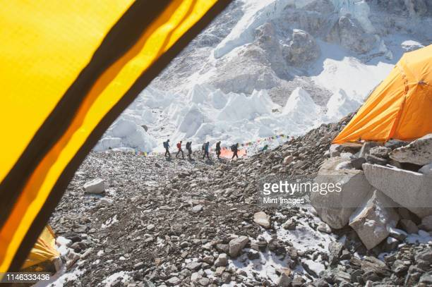 hikers on snowy mountain, everest, khumbu region, nepal - nepal stock pictures, royalty-free photos & images