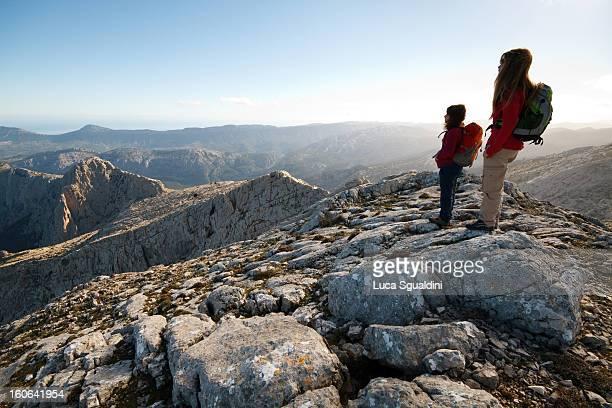 hikers on the top - cerdeña fotografías e imágenes de stock