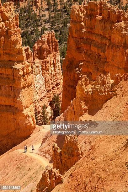 hikers on trail through hoodoo formations - timothy hearsum fotografías e imágenes de stock