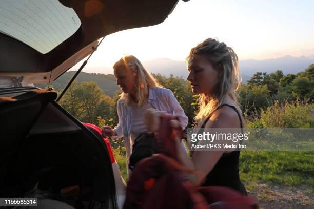 hikers prepare to leave car for sunrise adventure - solo adulti foto e immagini stock