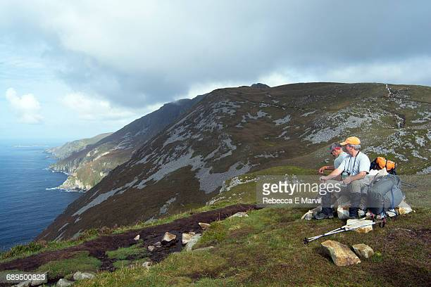 hikers resting on slieve league, donegal, ireland - e league stock pictures, royalty-free photos & images