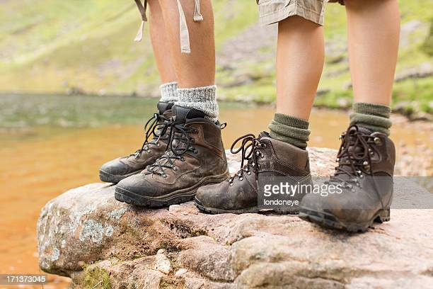 hikers standing on rock - mujeres fotos stock pictures, royalty-free photos & images