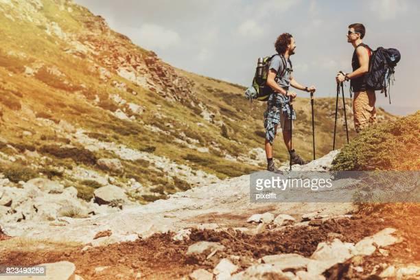 岩の上に話しているハイカー