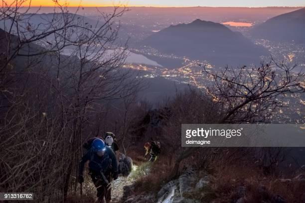 都市の夕暮れ山トレッキング ハイキング