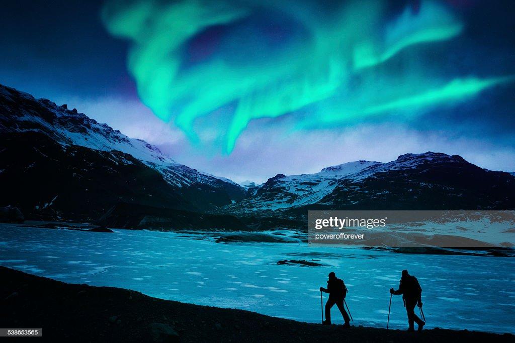 Wanderer unter der Northern Lights : Stock-Foto