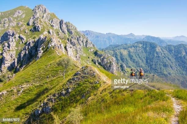 Wanderer zu Fuß auf hohe Bergkette