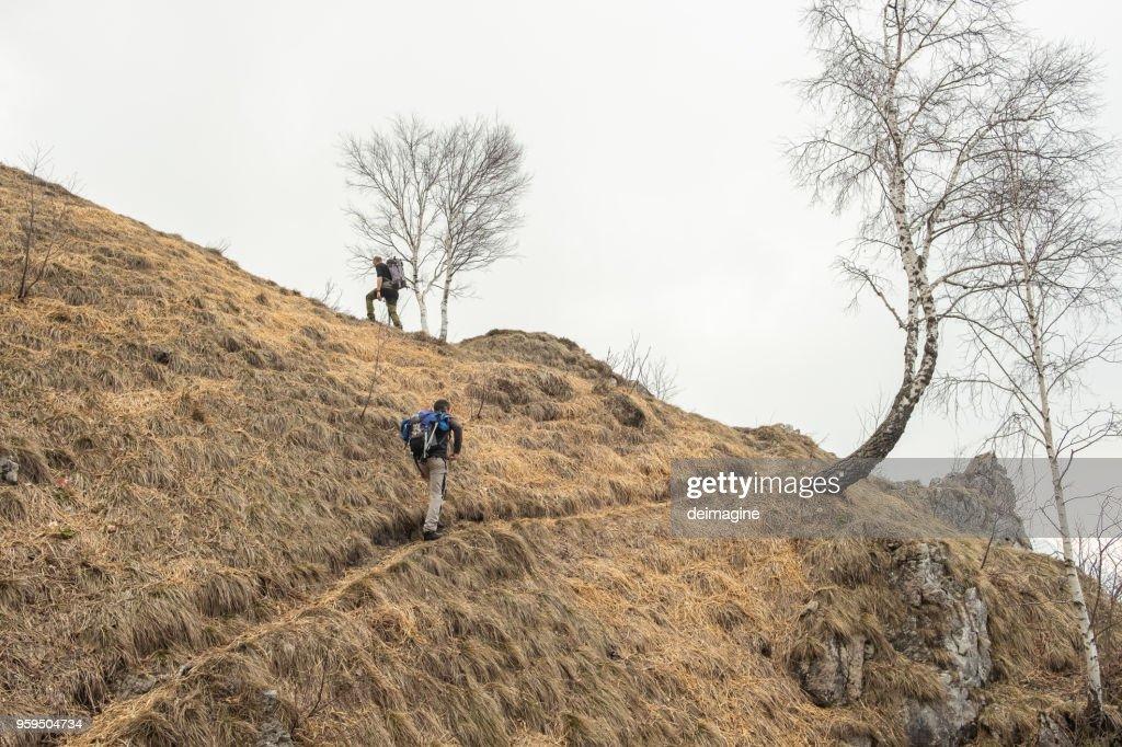 Wanderer zu Fuß zum Bergkette : Stock-Foto