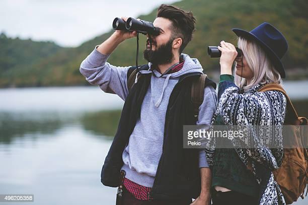 Wanderer genießen die Aussicht auf den See