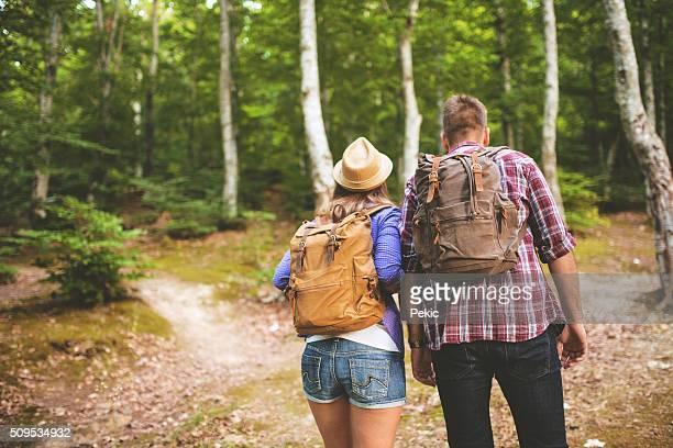 Wanderer mit Rucksäcken Bergsteigen