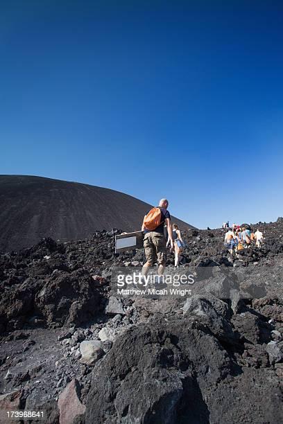 hikiers climb cerro negro for volcano boarding - leon boden stock-fotos und bilder