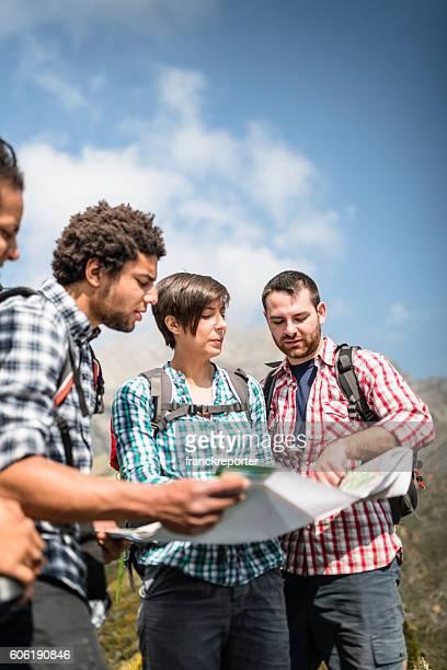 Excursionismo y leer un mapa en la montaña
